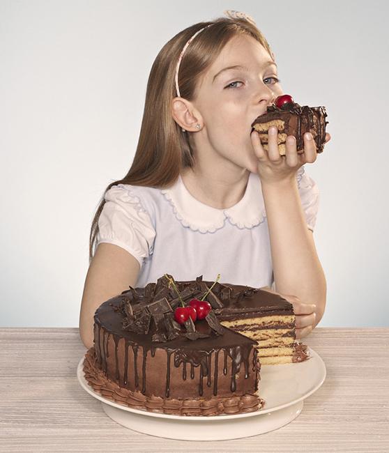 Девочка ест торт фото